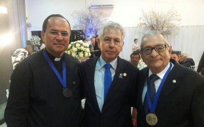Presidente da Fundação Laureano é homenageado recebendo a Medalha Padre Zé Coutinho.
