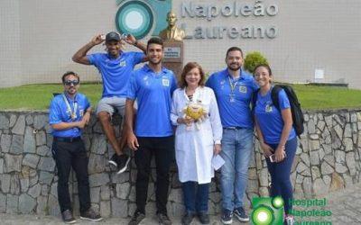 Atletas do vôlei de praia levam alegria às crianças da pediatria do Napoleão Laureano