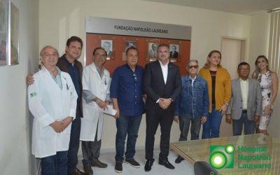 Deputado Julian Lemos visita Napoleão Laureano e promete ação em Brasília em favor do hospital.