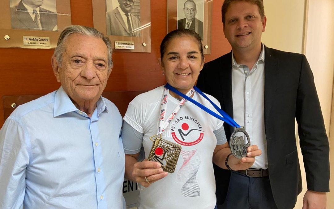 Com auxílio de exercícios físicos e do Hospital Napoleão Laureno, aposentada supera luta contra câncer de mama