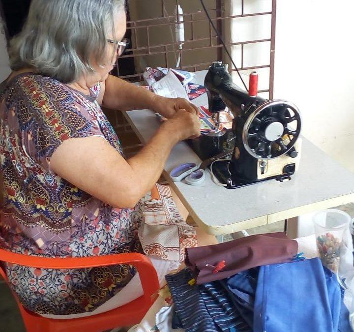 Aposentada produz máscaras e faz doação para o Hospital Napoleão Laureano